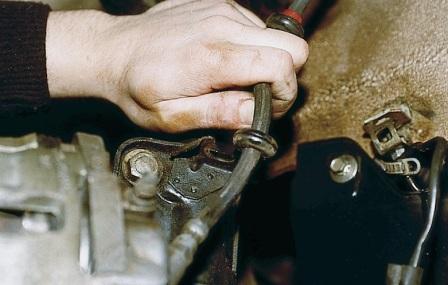 Вытаскиваем тормозной шланг из скобы амортизатора на ВАЗ 2110, 2111, 2112