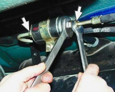Откручиваем трубки топливного фильтра на ВАЗ 2110, 2111, 2112