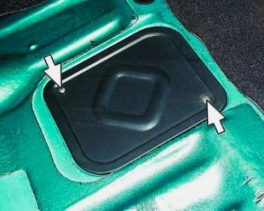 Поднимаем сиденье и откручиваем крышку топливного фильтра на ВАЗ 2110, 2111, 2112