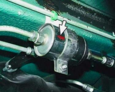 Стрелка на топливном фильтре должна смотреть в сторону двигателя на ВАЗ 2110, 2111, 2112