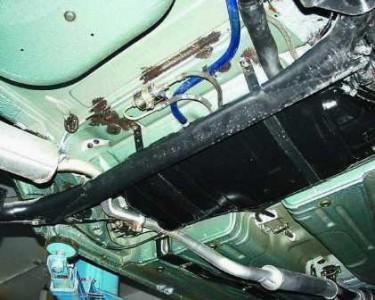 Снимаем резонатор и глушитель с резиновых подвесов на ВАЗ 2110, 2111, 2112
