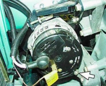 Ослабляем гайки крепления генератора к установочной планке на ВАЗ 2110, 2111, 2112
