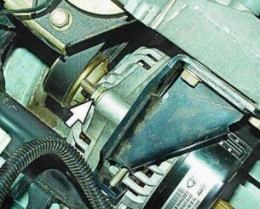 Ослабляем гайки крепления генератора на ВАЗ 2110, 2111, 2112