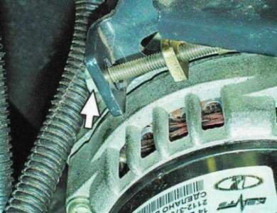 Ослабляем натяжение ремня генератора на ВАЗ 2110, 2111, 2112