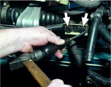Отгибаем металлическую пластину болта крепления рулевой тяги на ВАЗ 2110, 2111, 2112