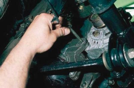 Откручиваем болты крепления генератора на ВАЗ 2110, 2111, 2112