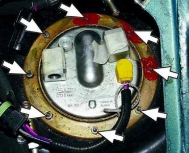 Откручиваем гайки крепления бензонасоса на ВАЗ 2110, 2111 2112