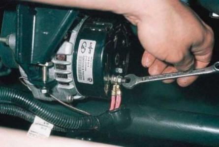 Откручиваем гайку крепления проводов генератора на ВАЗ 2110, 2111, 2112