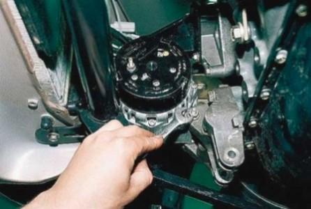 Откручиваем нижний болт крепления генератора на ВАЗ 2110, 2111, 2112