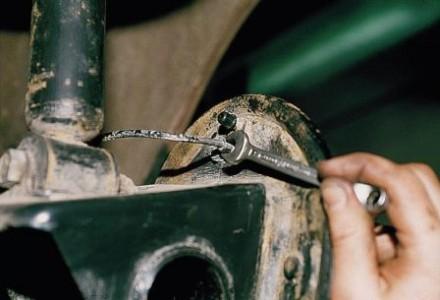 Откручиваем штуцер тормозной трубки на ВАЗ 2110, 2111, 2112