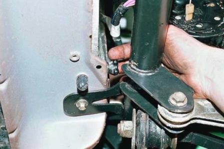 Откручиваем сливную пробку на радиаторе на ВАЗ 2110, 2111, 2112