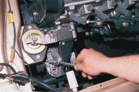 Откручиваем верхний болт крепления генератора на ВАЗ 2110, 2111, 2112