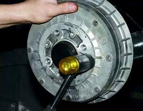 Сбиваем тормозной барабан с посадочного места на ВАЗ 2110, 2111, 2112