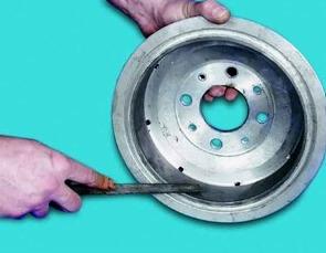 Снимаем внутреннюю кромку на тормозном цилиндре на ВАЗ 2110, 2111, 2112