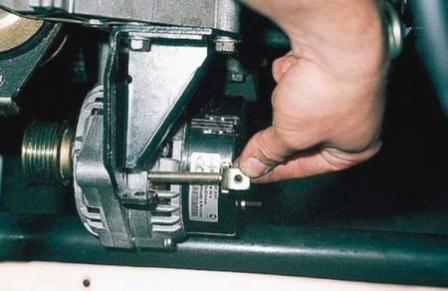 Выкручиваем натяжную планку ремня генератора на ВАЗ 2110, 2111, 2112