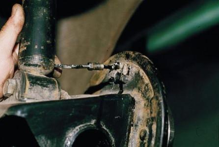 Выводим наверх трубку тормозного цилиндра на ВАЗ 2110, 2111, 2112