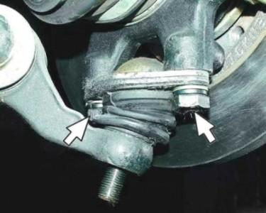 Откручиваем болты крепления шаровой опоры к поворотному кулаку на ВАЗ 2110, 2111, 2112