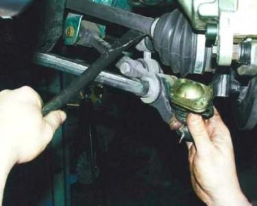 Отжимаем монтировкой рычаг и выдавливаем палец шаровой опоры на ВАЗ 2110, 2111, 2112