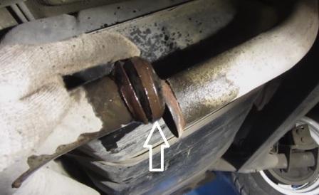 Снимаем металлическое кольцо между глушителем и резонатором на Лада Калина