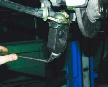Специальным съемником выпрессовываем палец шаровой опоры на ВАЗ 2110, 2111, 2112