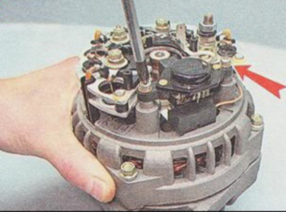 Откручиваем крепление регулятора напряжения на ВАЗ 2110, 2111, 2112