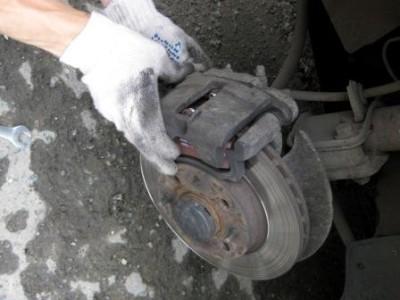 Откидываем суппорт и меняем передние тормозные колодки на Лада Калина