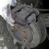 Снятие и замена передних тормозных колодок на Лада Калина