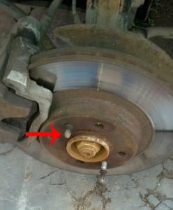 Откручиваем шпильки на тормозном диске на Лада Калина