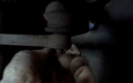 Откручиваем гайку крепления рулевого наконечника на Лада Калина