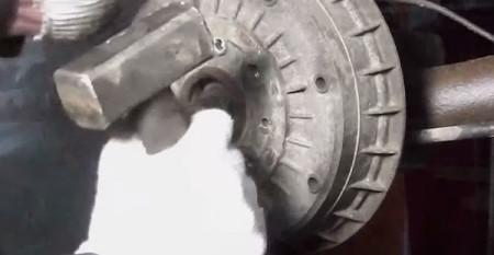 Обстукиваем тормозной барабан по контуру на лада калина