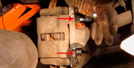 Откручиваем болты крепления тормозного цилиндра на Лада Калина