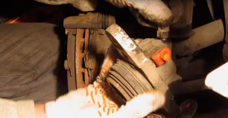 Выкручиваем тормозной шланг из тормозного цилиндра на Лада Калина