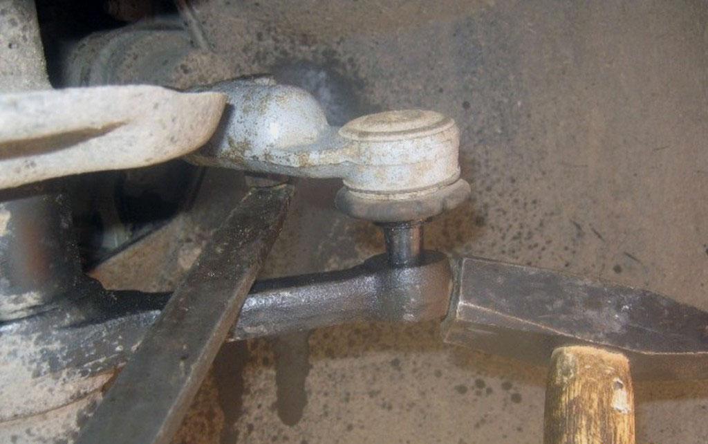 Выпрессовываем палец рулевого наконечника из стойки на лада приора